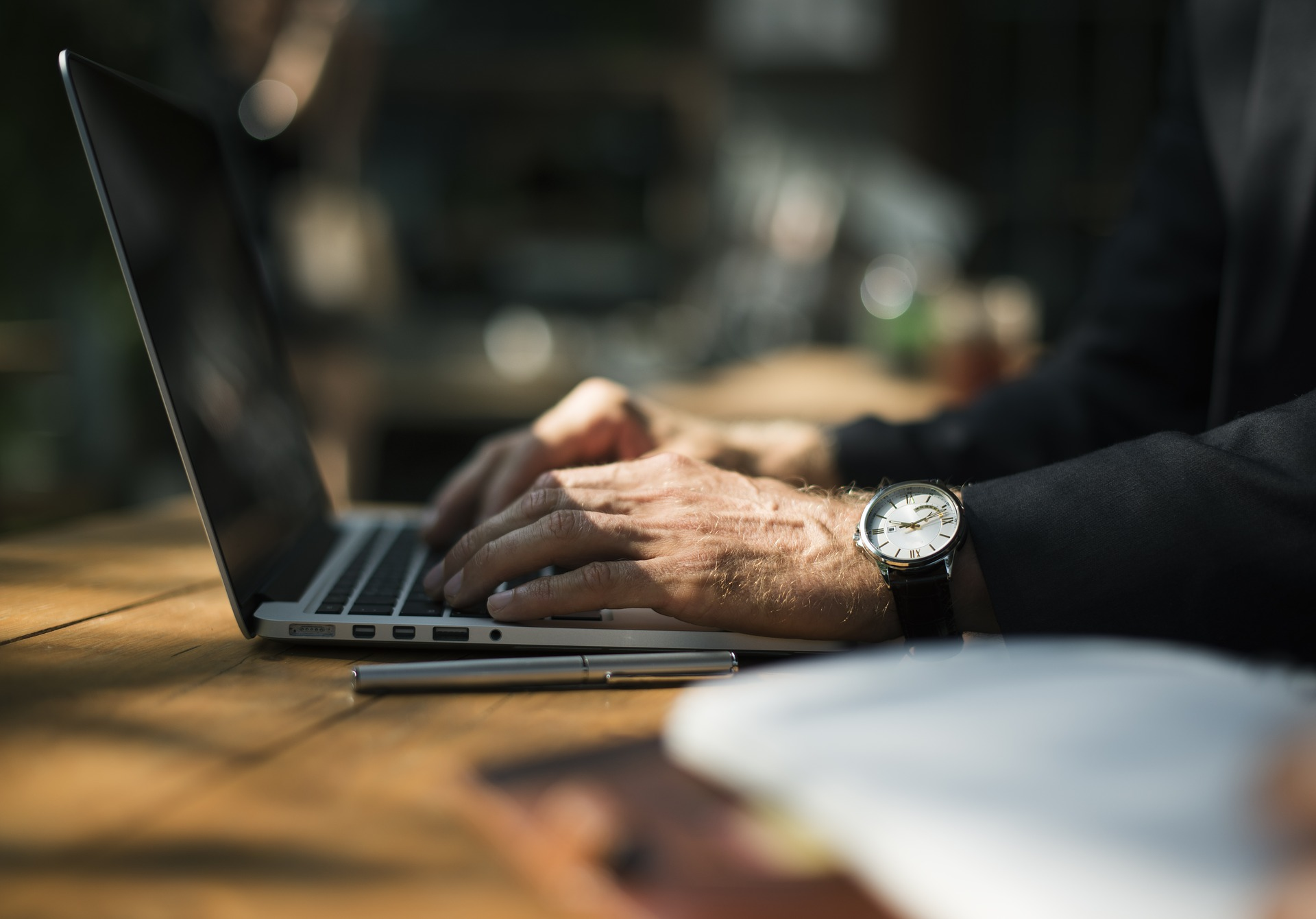 uhr-hand-laptop-tippen-hände